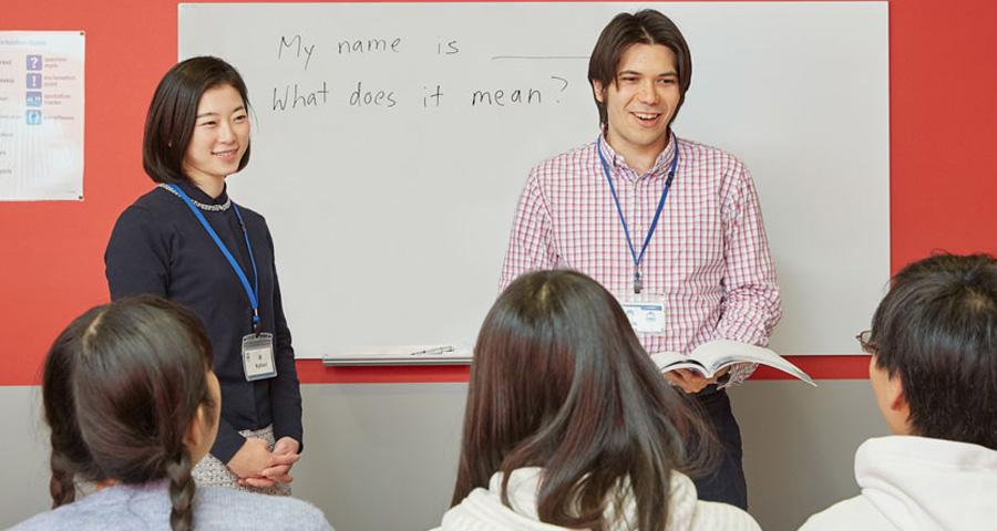 講師の全員が英語を話し、書くことができます